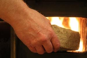 holzbriketts und hartholz-briketts kaufen als alternative zu brennholz