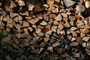 Holzscheite nach dem Herstellen von Kaminholz