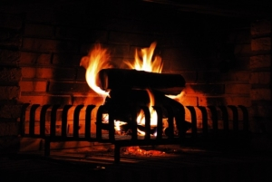 Kaminfeuer nach dem Herstellen von Kaminholz