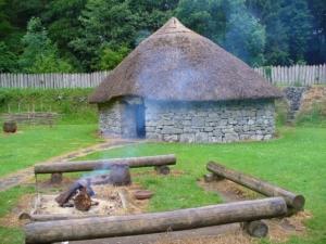 heizen mit kaminholz in der steinzeit